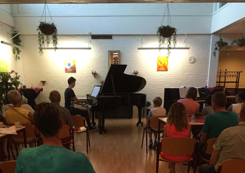 Jongen doet pianoexamen
